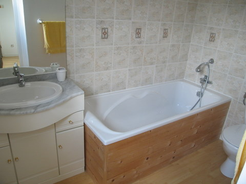 La Grange ensuite bathroom