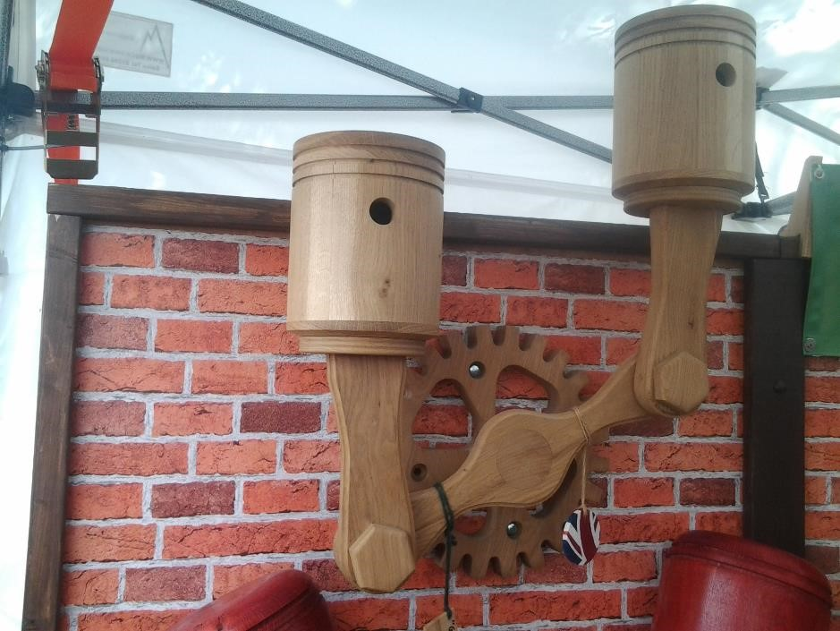 Twin piston bird box