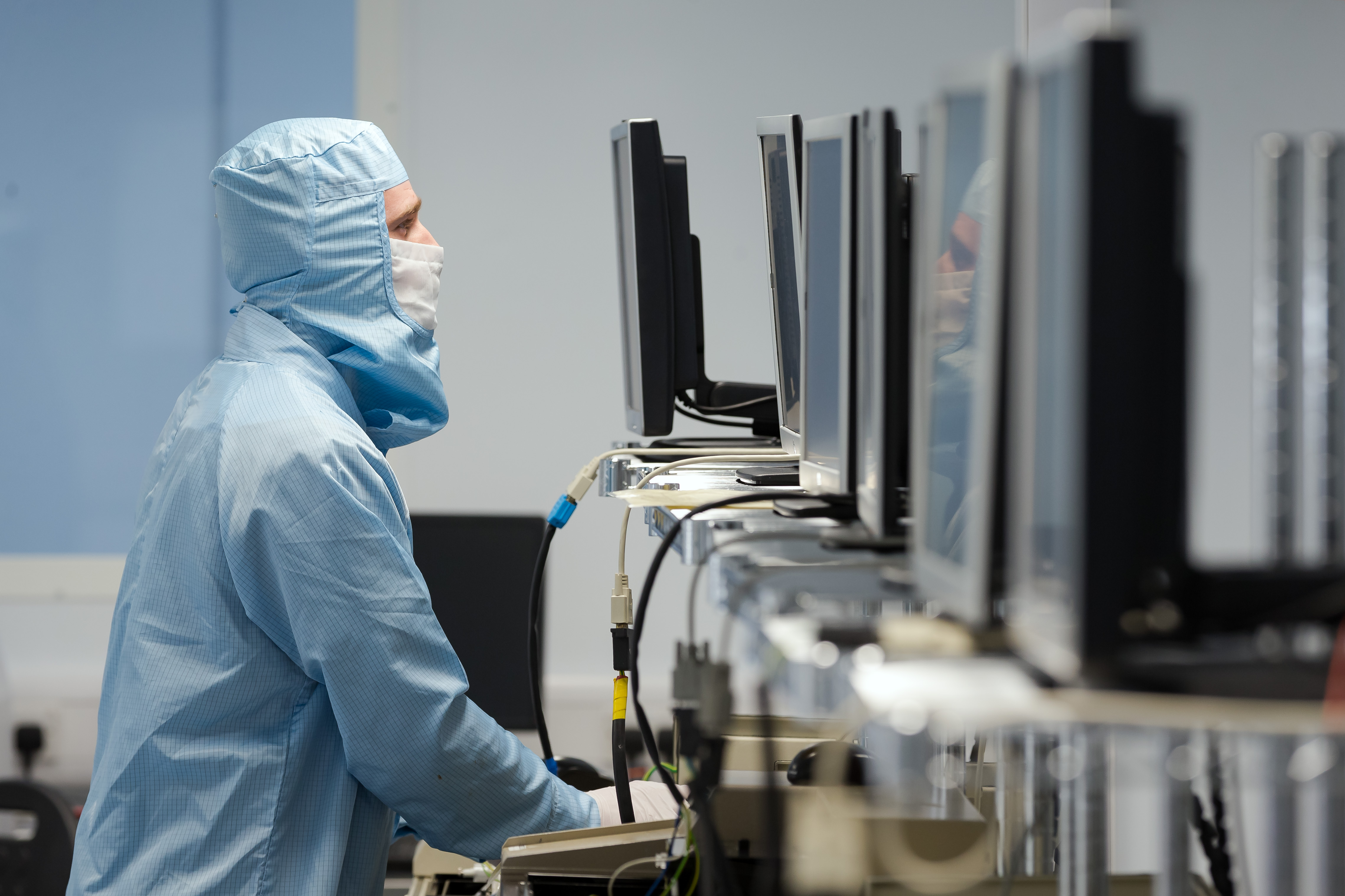 Technician in a cleanroom at IQE, Cardiff © Patrick Olner